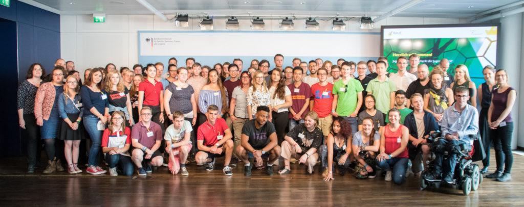 Gruppenfoto mit allen Teilnehmenden des jugend-audits #1.